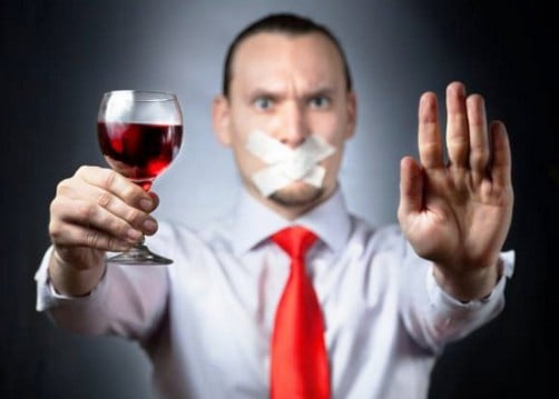 При лікуванні подагри необхідно повністю відмовитися від алкоголю